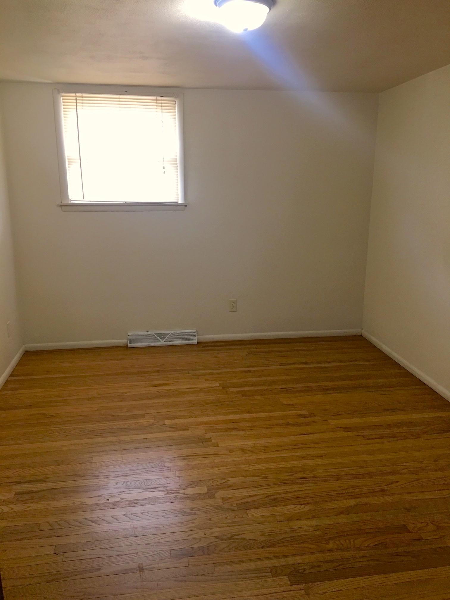 818 Greenbrier Rd, DeKalb, IL 60115 (4-8 Blocks Away)